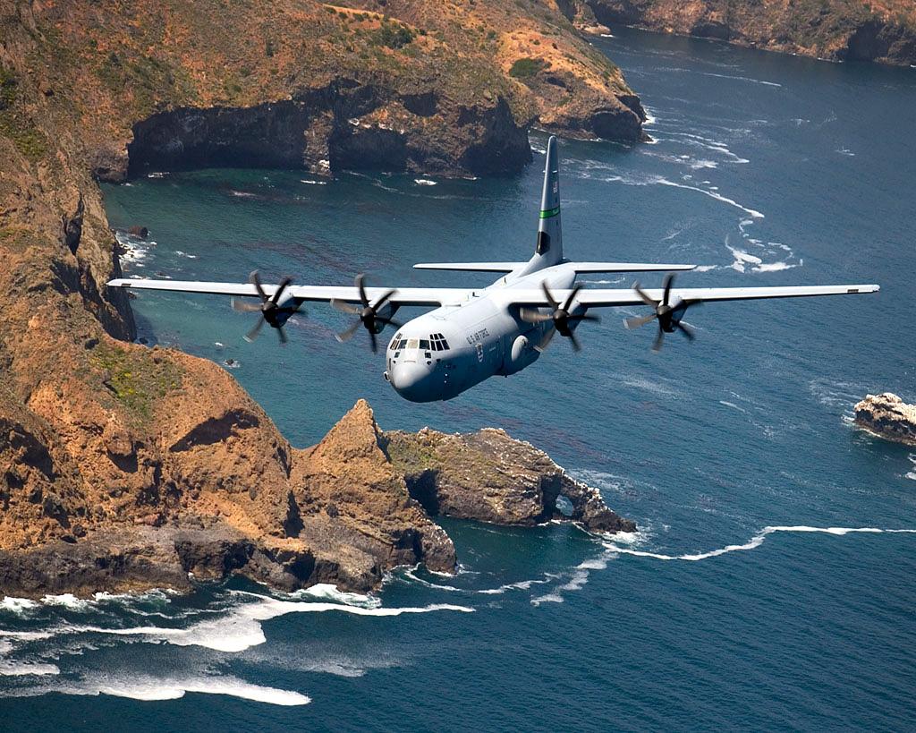 Avions de transport tactique/lourd - Page 3 C-130_Hercules_over_Santa_Cruz_Island