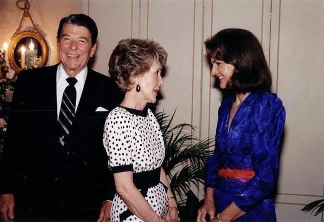 35-я Первая леди США Reagans_with_Jackie_Kennedy