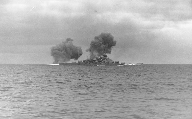 Le Cinéma et la Marine - Page 5 Bundesarchiv_Bild_146-1984-055-13%2C_Schlachtschiff_Bismarck%2C_Seegefecht