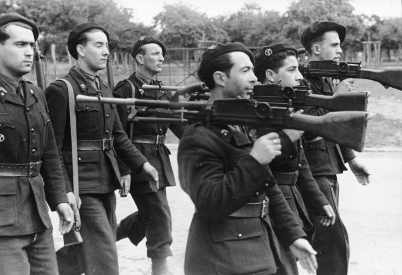Quid de l'armement français (resté en France) durant l'occupation, stocké, utilisé, détruit? - Page 2 Bundesarchiv_Bild_101I-720-0318-04%2C_Frankreich%2C_Parade_der_Milice_Francaise