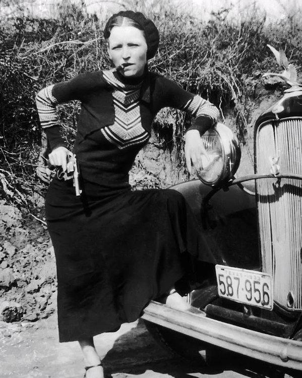 Il y a 80 ans, le couple de braqueurs périssait dans une embuscade !  BonnieParkerCigar1933
