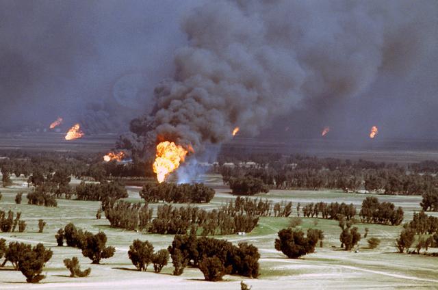 كيفية اطفاء الحرائق البتروليه  BrennendeOelquellenKuwait1991
