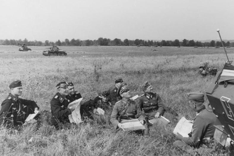 الأنتقام (درس نازى) Bundesarchiv_Bild_146-1972-045-08%2C_Westfeldzug%2C_Rommel_bei_Besprechung_mit_Offizieren