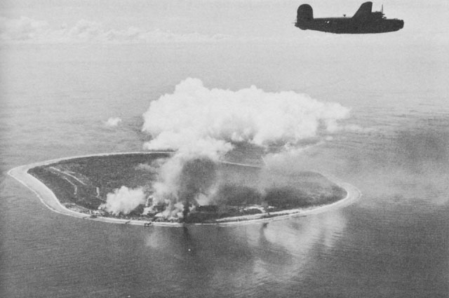 Aéroports - Page 10 Nauru_Island_under_attack_by_Liberator_bombers_of_the_Seventh_Air_Force.