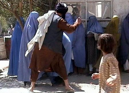 Bataille de kamdesh Taliban_beating_woman_in_public_RAWA