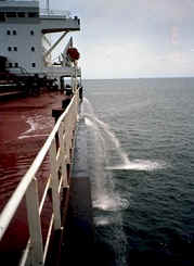 تلوث البحار Ship_pumping_ballast_water