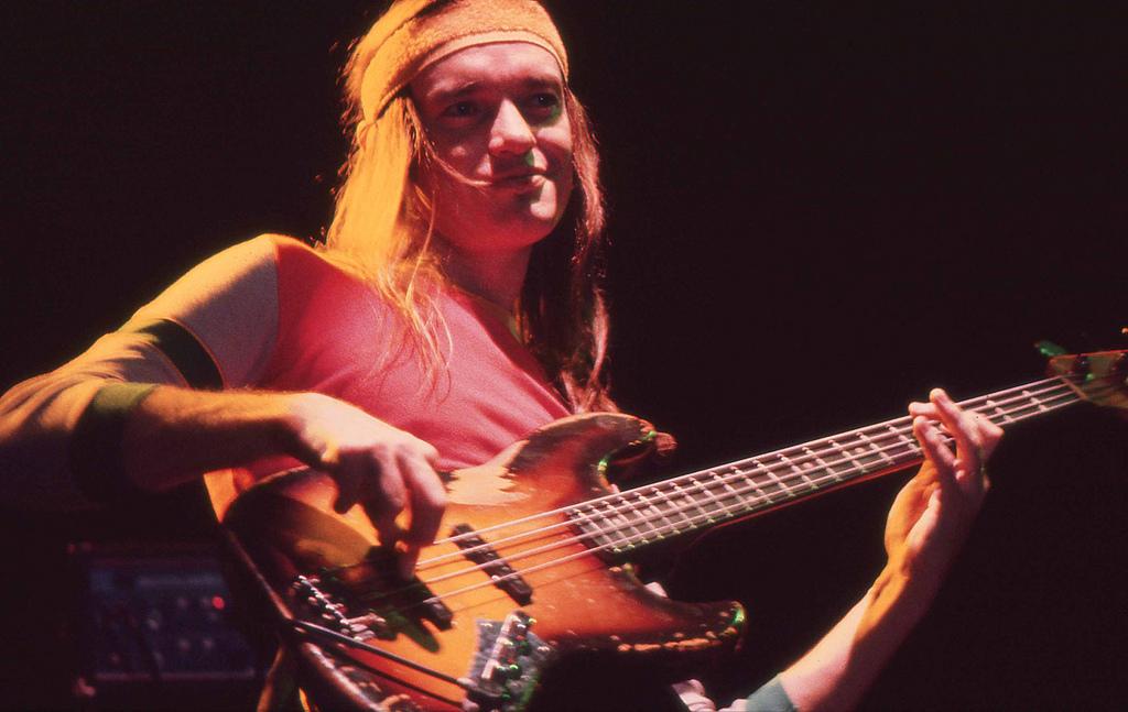 Seu baixista e o baixo dele Jaco_Pastorius_with_bass_1980