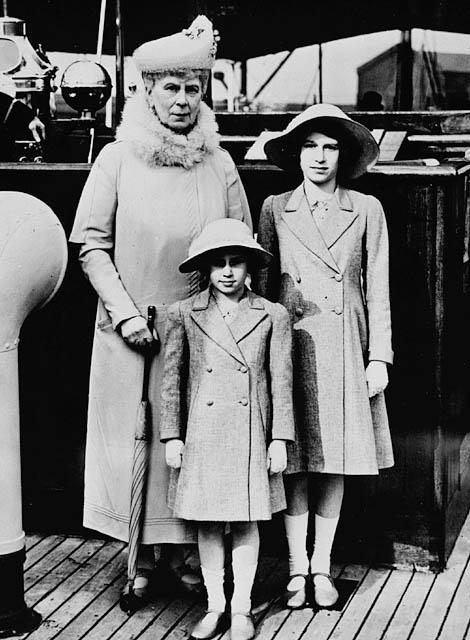 Mary, Princesa de Teck y George V. Queen_Mary_with_Princess_Elizabeth_and_Margaret