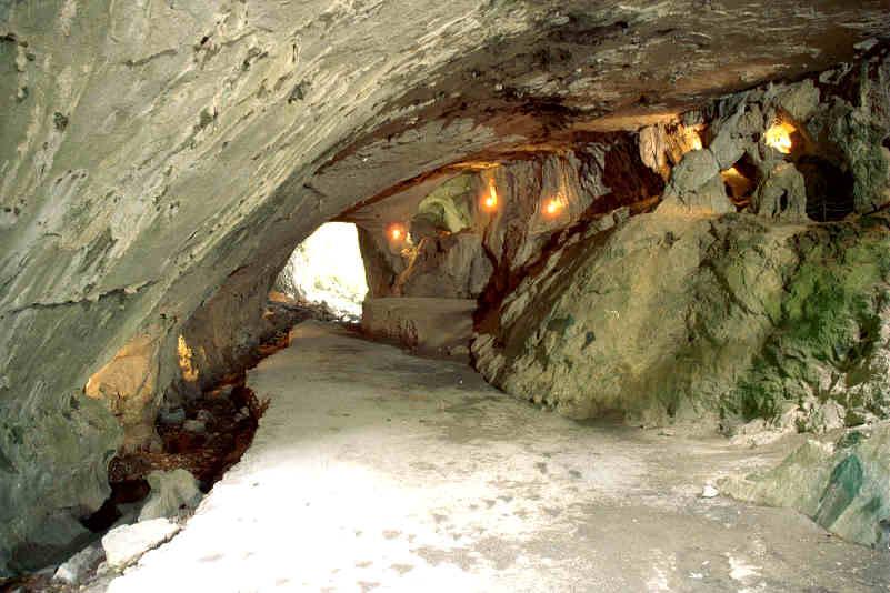 El templo religioso y las cuevas subterráneas. Zugarramurdi_cueva