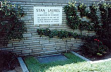 LES CIMETIERES D'HOLLYWOOD 220px-Grave_of_Stan_Laurel