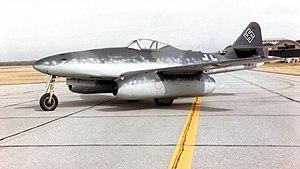 Toute sorte d'avions à réaction allemand :) Prototype aussi 300px-Messerschmitt_Me_262A_at_the_National_Museum_of_the_USAF