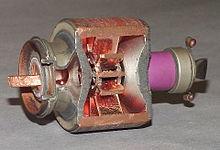 Магнетрон. Мощный генератор высокочастотных электромагнитных волн 220px-Magnetron2