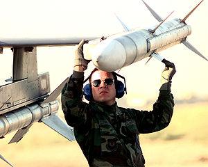 القتال المتلاحم اف16 و الرافال 300px-AIM-120_AMRAAM