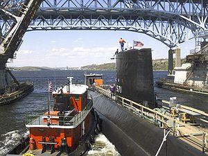 حصرى للمنتدى/قراءة في الخلفية التاريخية لتطور القوة البحرية+(صور) 300px-Nautilus_%28SSN_571%29_Groton_CT_2002_May_08
