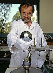 اقوى تجارب الفيزياء على الاطلاق - صفحة 5 220px-Silicon_sphere_for_Avogadro_project