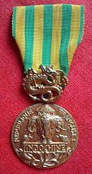 Décorations Françaises 130px-Medaille_com_Indochine-R