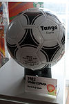 من قام بابتكار لعبة كرة القدم؟ 100px-Adidas_Tango_Espa%C3%B1a