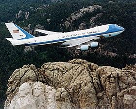 القوات الجويه لدول حلف شمال الاطلنطي (Nato Air Force) 280px-Air_Force_One_over_Mt._Rushmore