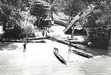 تاريخ سورينام 220px-Maroon_village%2C_Suriname_River%2C_1955