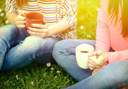 Bienvenidos al nuevo foro de apoyo a Noe #326 / 31.07.16 ~ 14.08.16 - Página 20 40251740-las-mujeres-jovenes-que-beben-el-cafe-en-el-parque-y-disfrutando-dia-de-verano