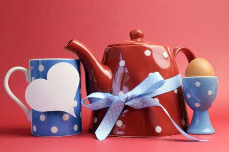 Lundi 14 juillet 19057025-rouge-blanc-et-bleu-petit-dejeuner-avec-polka-dot-pot-de-the-tasse-de-tasse-et-l-uf-dans-une-tasse-d