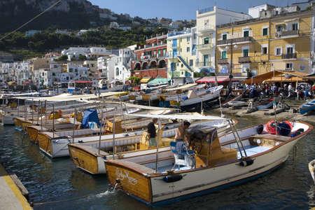Où suis je -ajonc - 17 mai 2016 trouvé par Martine Procida italie  20803813-bateaux-amarres-dans-le-port-de-marina-grande-de-la-ville-de-capri-une-ile-italienne-au-large-de-la-
