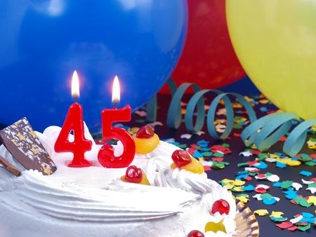 Feliz Cumple por cuadruplicado. 15782549-torta-de-cumpleanos-con-velas-rojas-que-muestran-nr-45