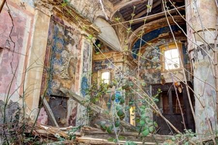 La Plata de la Esperanza de un Pueblo. 2ª parte. [Lejos de Foltalan][16 de Mayo] 22920013-interior-de-una-iglesia-abandonada-y-en-ruinas-con-escombros-y-desechos--ruinas-de-la-antigua-iglesi