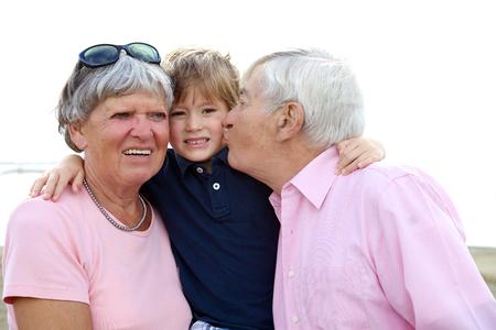 Nënat tona 25916423-grosseltern-die-liebe-zu-enkelkind-gl-cklich-lachelnde