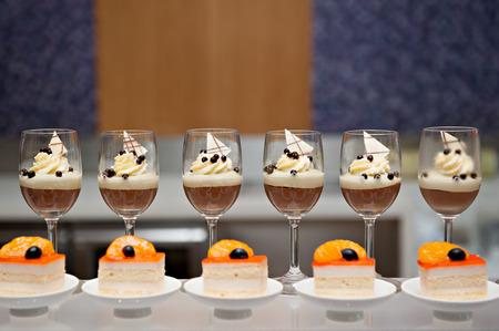 EL CLUB DE LA SUERTE Y DE LOS FUTBOLEROS - Página 39 31175687-moose-chocolate-con-chocolate-blanco-en-la-parte-superior-postre-buffet-catering