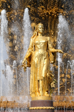 """"""" Les plus belles Fontaines de France et du Monde """" 22243933-fille-avec-une-fontaine-de-l-amitie-des-peuples-georgie"""