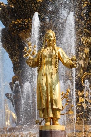 """"""" Les plus belles Fontaines de France et du Monde """" 22243592-fille-avec-une-fontaine-de-l-amitie-des-peuples-turkmenistan"""
