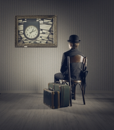 Un mot pour définir une image - Page 2 19167031-business-man-sitting-on-old-chair--checking-time-for-his-travel