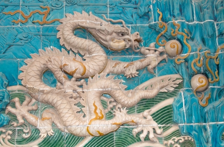 Teriam os povos antigos observado um universo diferente? 25279149-dragon-sculpture-the-nine-dragon-wall-jiulongbi-at-beihai-park-beijing-china-the-wall-was-built-in-1