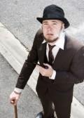 """OP"" legna 28-29 septembre 2013 11589955-high-angle-de-vue-gentleman-old-fashioned-en-costume-avec-walking-cane-et-pipe-bowler-hat-on-the-str"
