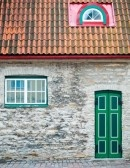 Des fenêtres d'hier et d'aujourd'hui. - Page 3 7294964-belle-maison-ancienne-avec-le-vert-des-portes-et-des-fenetres-dans-tallin-vieille-ville-rue