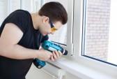 Esiste un prodotto per eliminare calcare formatosi nel tempo? 11743486-lavoratore-uomo-di-montaggio-finestra-sul-balcone