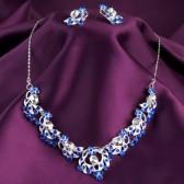 Quieres edificar a alguien, ven y aporta. 15722506-moda-collar-y-aretes-en-fondo-de-seda-purpura