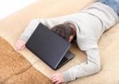Objet Martine du 28 avril trouvé par Blucat 13461454-fatigue-jeune-homme-a-s-39-endormir-sur-le-canape-avec-un-ordinateur-portable