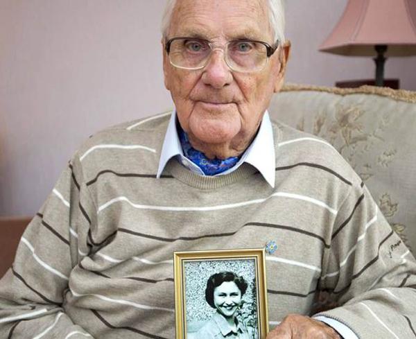 Cụ ông 93 tuổi viết thơ tình tặng vợ quá cố 1414124111_1