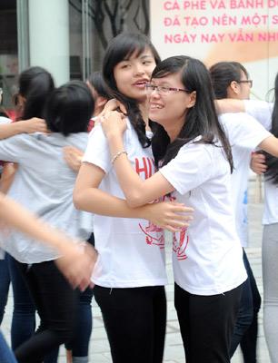 Sinh viên học cách ôm 1414391705_4