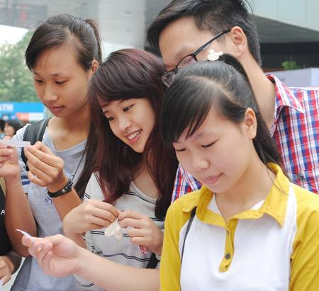 Sinh viên học cách ôm 1414391705_6