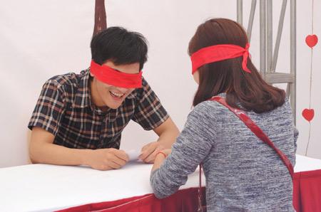 Sinh viên học cách ôm 1414391706_8