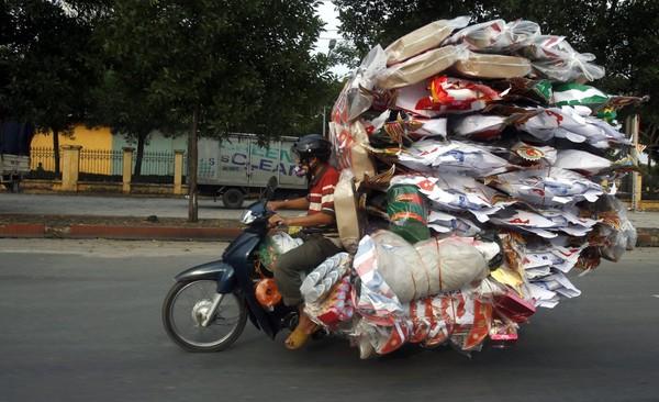 Ảnh độc: Người Việt chở đồ cồng kềnh lọt top những bức ảnh kỳ lạ nhất 2014 1419317691_1