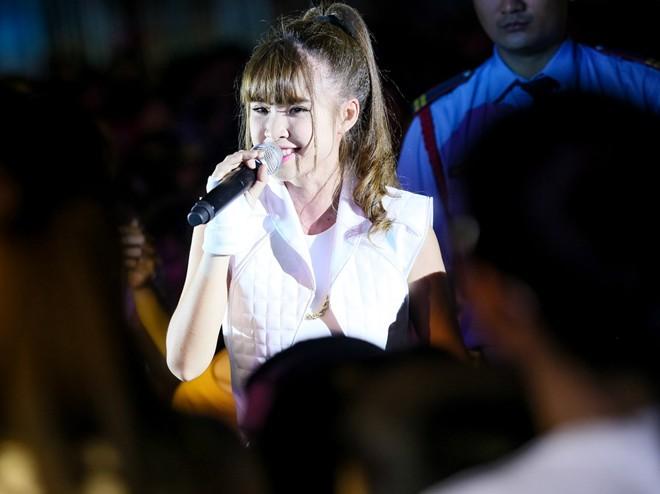 Sơn Tùng M-TP hát sung bất chấp lệch cấm diễn từ công ty cũ 1417315405_7