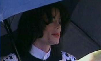 Michael Jackson va sortir de chez lui.... 1227275778