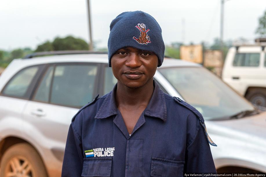 Российский полицейский не дал принести в жертву ребёнка в Либерии 02