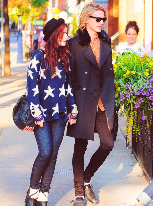 Новости со всего света - Страница 3 Lily-Collins-and-Jamie-Campbell-Bower-Out-for-a-Stroll-Together-in-Toronto-16-09-2012-lily-collins-32212474-500-670