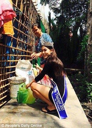 """لحظة مؤثرة.. ملكة جمال تقبل قدم والدتها """"جامعة القمامة""""  3f20e43e-12e5-4493-a0bd-3d43c280ef64"""