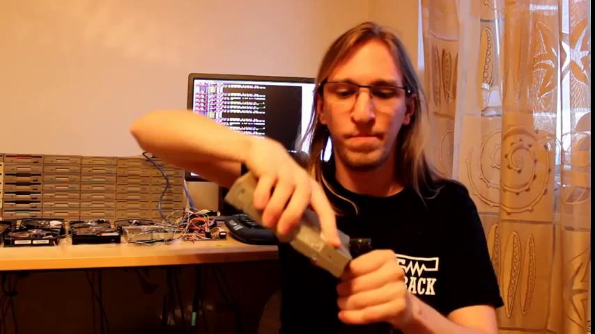 Đồ chơi số • Thật khó tin dàn nhạc làm từ ổ đĩa mềm này có thể chơi nhạc hay như thế • http://i.imgur.com/Ng1utYf.jpg • Năm 2011 Zadrozhnyak từng chỉ sử dụng hai ổ đĩa mà vẫn đủ để chơi... The-floppotron-1468495544459-7e735